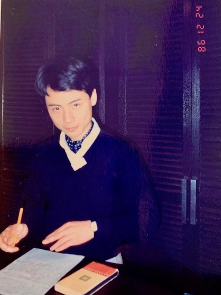 <p>こちらも入社一年目の中村さん。フレンチアイビーらしく、ドットのアスコットタイを着用している。入社一年目。ビームス10周年記念パーティのときの様子。</p>