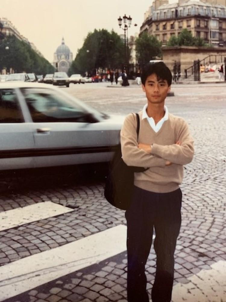 <p>1989年、海外出張で初めてヨーロッパに。こちらはパリで撮影。渋谷店に勤務していた1987年の夏、新潟県の海岸にて。セントジェームスのボーダーTシャツにショートパンツを合わせて。</p>