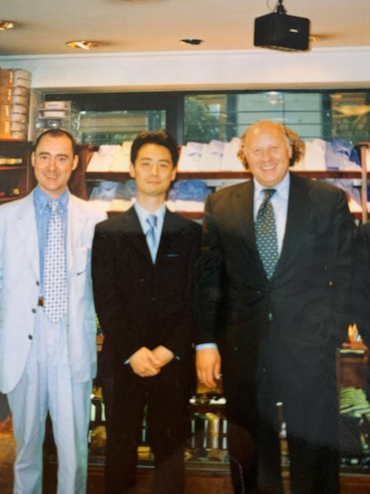 <p>1996年にマイケル・ドレイクさん(右)との記念写真。当時はビームスFのバイヤーで、ブリティッシュスタイルを愛好していた。</p>