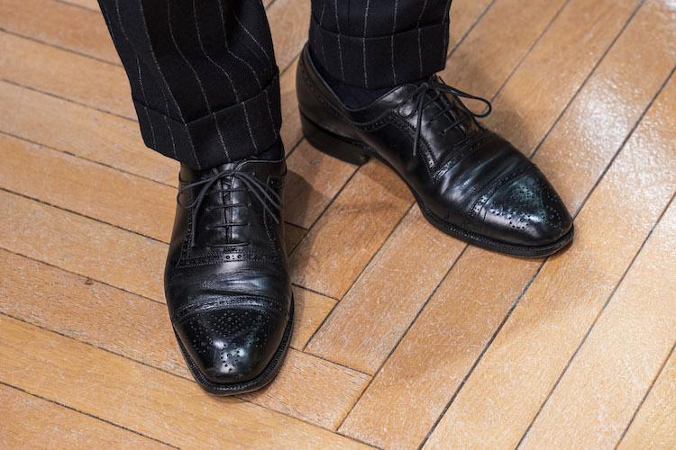 <p>足元はセミブローグで、さりげなく洒落っ気を添えているのにご注目あれ。</p>