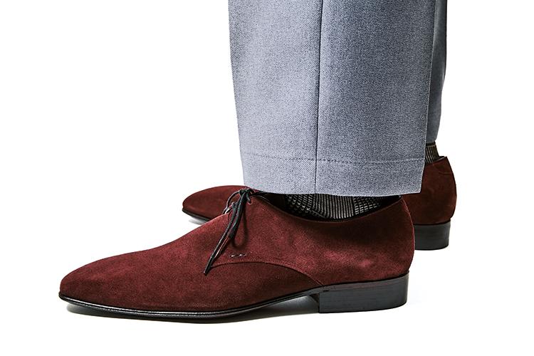 ジョセフ マランジュのカラースエード靴を履いたモデル