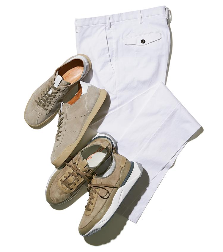 白パンツとサンドベージュのスニーカー