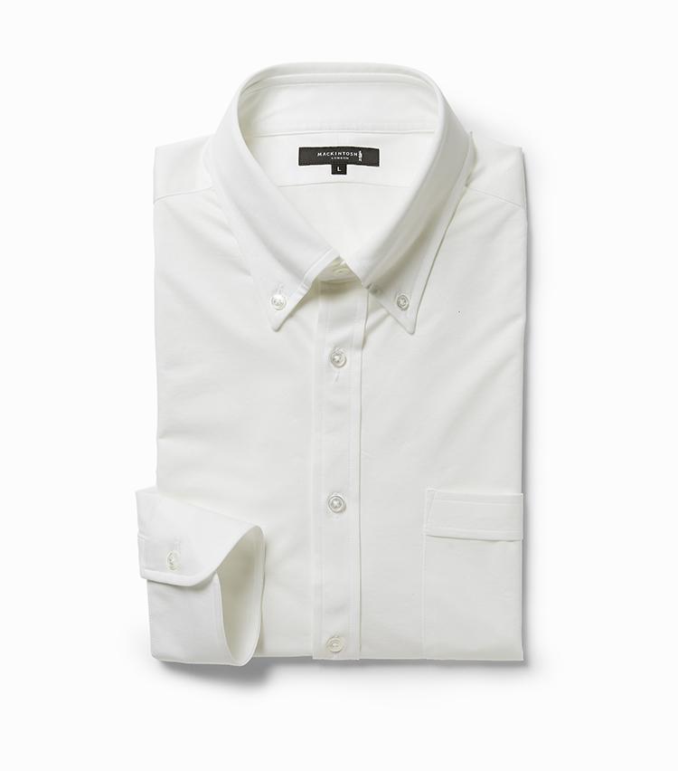 <p><strong>11.ボタンダウン ドレスシャツ</strong></br>やや小ぶりなボタンダウンがモダンな印象を醸し出す一着。襟芯は柔らかく、自然なロールが生まれるのも特徴だ。生地はイタリアの名門アルビニ社の糸を使用したジャージー素材。46ゲージという繊細な編みにより、エレガントな見た目と柔らかな肌触り、優れたストレッチ性を兼備している。さらにクールマックス糸を交編することで、吸汗速乾・接触冷感・UVカット機能も付与。こちらも首と脇下に消臭テープを装備。2万1000円<br /><a class=