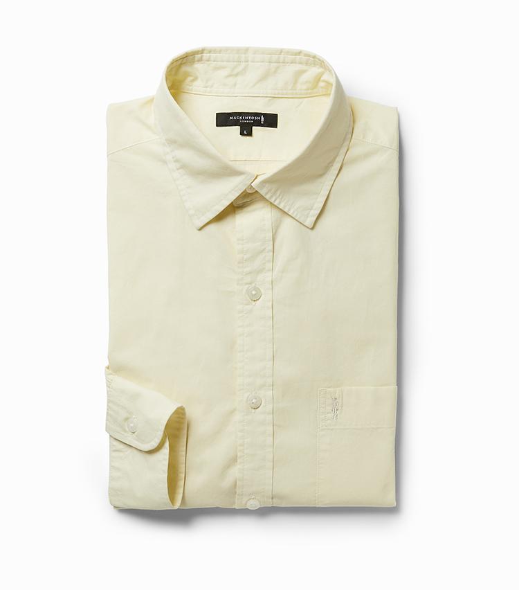<p><strong>12.カジュアルシャツ</strong></br>小ぶりなレギュラーカラーがノータイスタイルにぴったり。肩幅や身幅を従来作よりも大きく設定し、リラックス感を高めてアップデートした。生地は上質なオーガニックコットンを薄手に織り上げたローン素材。非常に軽やかで、ふんわりと肌を包み込むような着心地がたまらない。胸ポケットにはブランドアイコンである「ダンディマン」の刺繍が同色であしらわれている。2万1000円<br /><a class=