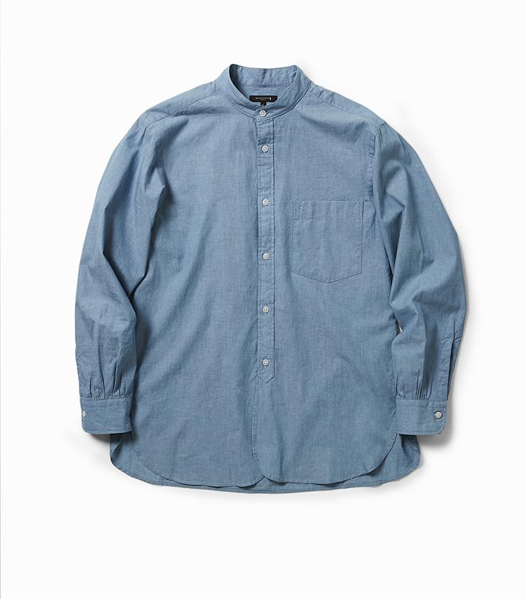 <p><strong>16.スタンドカラー カジュアルシャツ</strong></br>今季トレンドとして注目されている、ゆったりとしたシルエットのバンドカラーシャツ。こちらはシャンブレー生地によるもので、昔ながらのシャトル織機を用いたこだわりの素材だ。この織機は空気を含ませながら柔らかく織り上げることができ、ふんわりとした着心地につながるのが特徴。さらにウォッシュ加工を施すことでリラックス感をいっそう高めている。2万3000円<br /><a class=