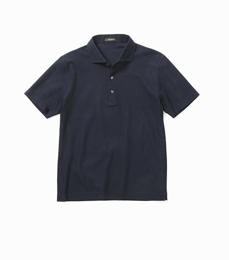 <p><strong>18.ワッフル組織ポロシャツ</strong></br>ワッフル状の凹凸感が生まれるハニカム織りのコットンをあえて裏表逆に使って生地の立体感を強調し、さらにシルケット加工を施してエレガントに仕上げるという大変凝った生地によるポロシャツ。ドレッシーなワンピースカラーによりビジネス使いにも向いた表情だ。立体的に体にフィットするよう、前身頃と後ろ身頃のバランスを計算するなど細部までこだわりが凝縮されている。1万6000円<br /><a class=