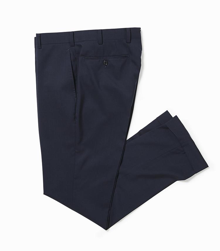 <p><strong>2.ウェザー ウーステッド ウール製のパンツ</strong></br>1.のジャケットと同じ生地のパンツ。セットアップで揃えればスーツとしても活用でき、さらに着回しの幅を広げてくれる。こちらも1.と同様に撥水性・ナチュラルストレッチ性・耐シワ性を備えている。春夏らしいトロピカルウールはサラリとした肌触りも快適だ。2万9000円<br /><a class=