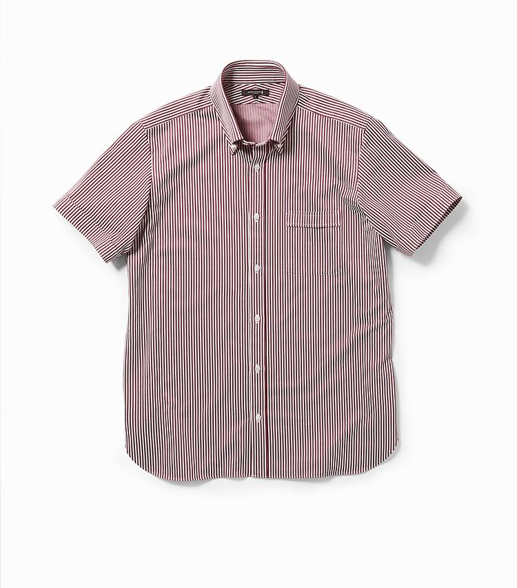 <p><strong>20.半袖ドレスシャツ</strong></br>アルビニ社製のジャージー生地で仕立てた半袖のボタンダウンドレスシャツ。36ゲージの繊細な編みで上質感を高めるとともに、クールマックス糸を採用して吸汗速乾性・接触冷感性・UVカット機能をプラスした。白蝶貝を使用したロゴ入りボタンなど細部まで贅沢素材を惜しみなく使用している。1万6000円<br /><a class=