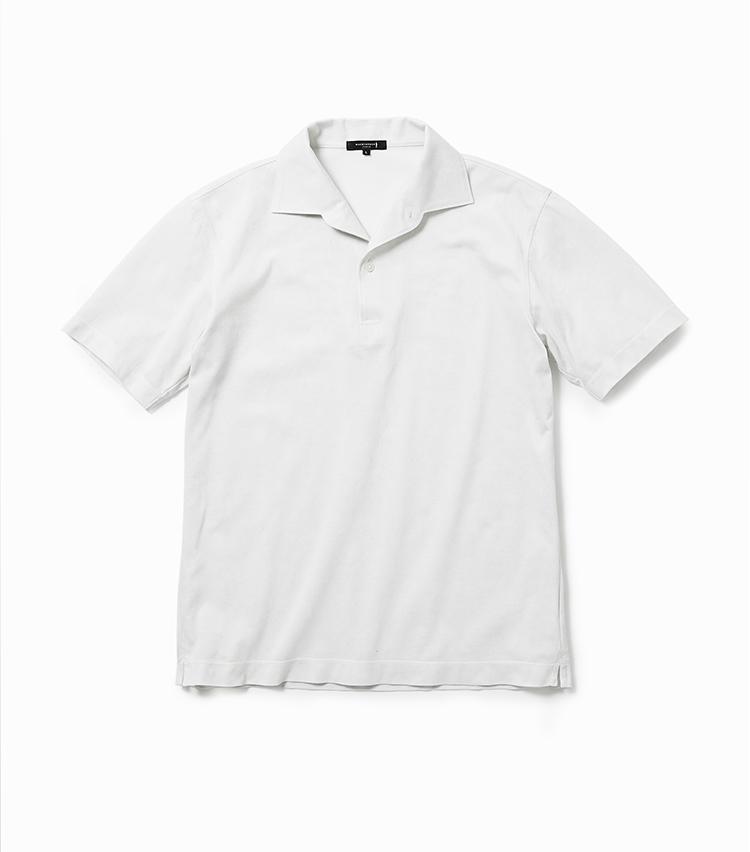 <p><strong>21.バイブリーフラワープリントポロシャツ</strong><br /> 一見無地の白ポロのように見えるが、よく見るとマッキントッシュ ロンドン オリジナルの「バイブリーフラワー」柄を同色でプリントした技ありの一枚。英国のフラワーガーデンにインスパイアされた気品あるモチーフだ。襟の開きが美しいイタリアンカラーを採用しているのもポイントで、軽装になる夏の装いによきアクセントを加えてくれる。1万6000円<br /><a class=
