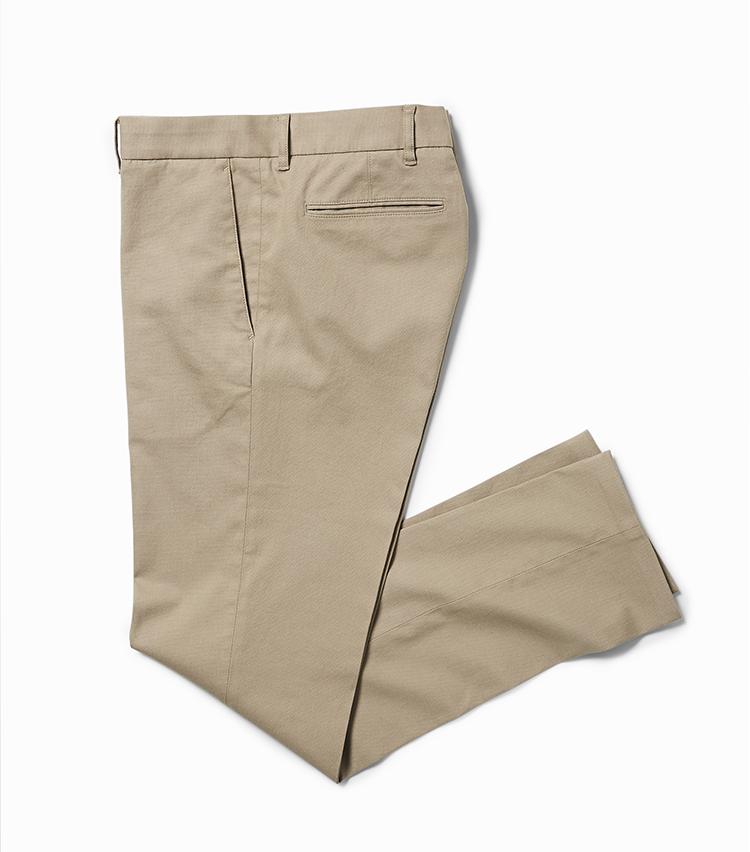 <p><strong>24.ストレッチドビーパンツ</strong></br>スリムなシルエットが使いやすい、ベーシックなベージュパンツ。2色の糸をドビー織りにしたストレッチ生地で仕立てられ、快適な穿き心地と繊細な織り柄が表現されている。ジャケットに合わせてもよし、ポロシャツやシャツとコーディネートしてもよしの万能な一本。2万3000円<br /><a class=