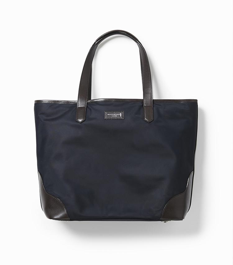 <p><strong>27.リモンタナイロン トートバッグ</strong></br>乗馬用具を運ぶバッグをモチーフとしつつ、ビジネスにも使えるようやや小さめにデザインしたトートバッグ。高級ナイロンの代名詞として知られるリモンタ社製高密度ナイロンを採用し、軽さと上質感をバランスよく兼備しているのが魅力だ。開口部はジップで閉じられるようになっているため、セキュリティ面も安心。ライニングにはブランドのハウスチェックがあしらわれている。縦32.5×横34.5×マチ12.5㎝。2万9000円<br /><a class=