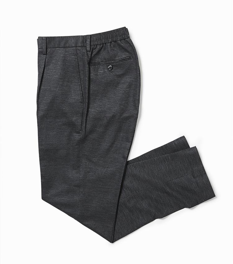 <p><strong>4.フレックスジャージー製のパンツ</strong></br>3.と同じ生地パンツ。リネン・レーヨン・ナイロンをミックスした「バランサーキュラー」素材は、ドライタッチな清涼感のある肌触りに加え、メランジ感のある豊かな風合いも魅力的だ。2万6000円<br /><a class=