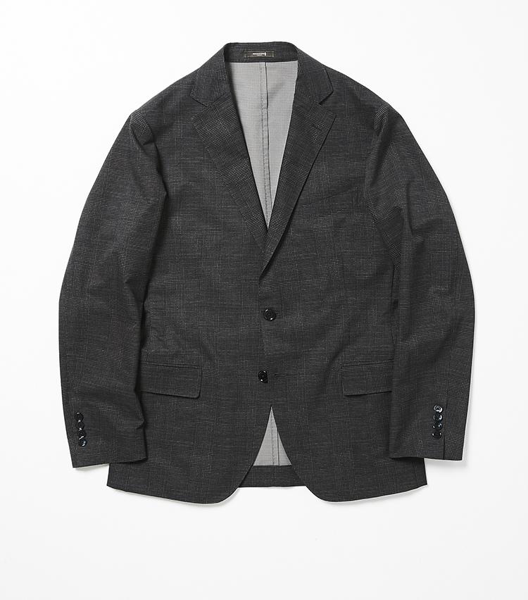 <p><strong>6.「NEW BRIDGE」クールドッツ製のジャケット</strong></br>マッキントッシュ ロンドンでは毎年人気の「クールドッツ」生地。本来スポーツ用に開発されたもので、多数の気孔を備えているのが特徴だ。高い通気性により高温多湿下でも衣服内の温度・湿度を快適に保ち、多方向への伸縮性・耐シワ性も有することに加え、家庭での洗濯も可能という高機能ぶりだ。裏地を省いたことによりさらなる軽さも実現し、脇下には消臭テープを配するなど、コンフォート性抜群の一着。4万6000円<br /><a class=