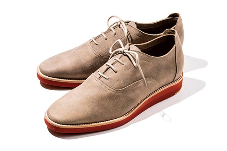 <p><strong>ARCHE/アルシュ</strong><br /> ホワイトバックスで馴染み深い、トラッドな趣あるレンガ色ソール。内羽根とシャープなトウが紳士靴然とした印象を与えるが、アンラインドなので履き心地もまさにスニーカー気分。5万8000円(ワールド フットウェア ギャラリー ギンザシックス店)</p>