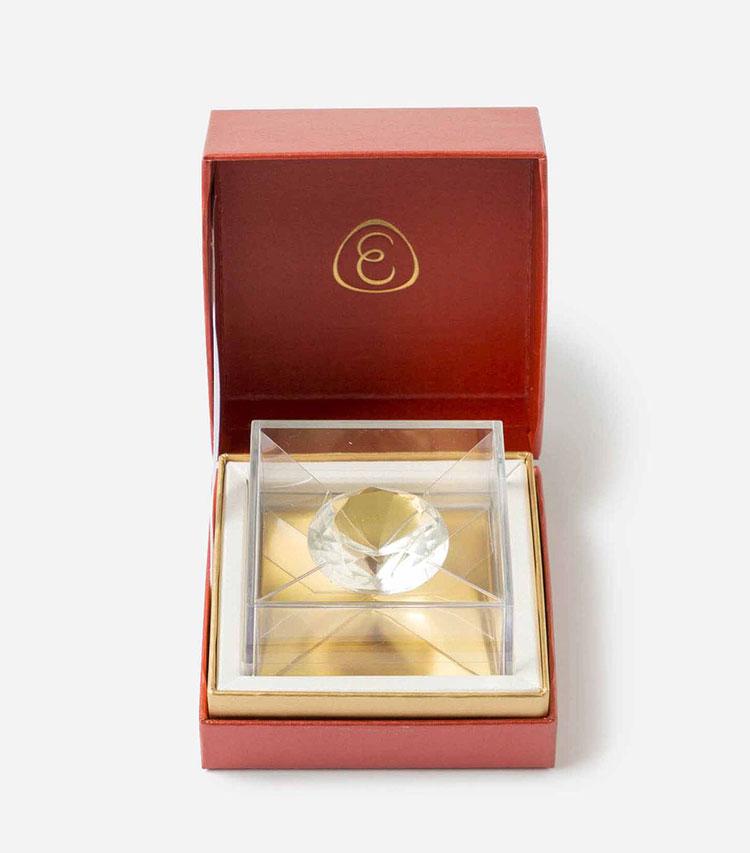 """<p><strong>あめやえいたろうのスイートダイヤ</strong></br></p> <p>特別な日に贈りたい""""宝石あめシリーズ""""の一つで、理想的な輝きを作り出すブリリアンカットのダイアモンドがモチーフ。繊細なカットによる美しい輝きは、まるで本物そっくり!? ハートのリボンが付いた豪華な専用ケースに収められているので、贈った相手も驚くこと必至。3000円</p> <p><small><あめやえいたろう><br /> 創業200年を誇る東京・日本橋の菓子店、榮太樓總本鋪が立ち上げた飴の専門店。有平糖をベースに伝統の製法を生かし、現代的な感覚による華やかな印象の飴を幅広く手掛ける。</p> <p></small></p>"""