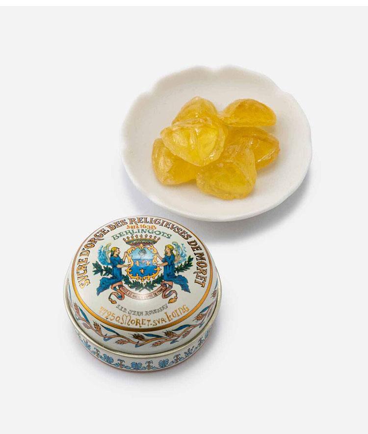 <p><strong>デ・リス・ショコラのシュクル・ドルジュ モレ修道院の大麦キャンディ</strong></br></p> <p>パリから車で1時間ほどの美しい街、モレ・シュル・ロワンの修道院で1638年より作られていた味を受け継いだ大麦のキャンディ。懐かしさを感じるやさしい甘さが特徴で、手のひらに収まるサイズのレトロなデザインの缶は女子ウケ間違いなし! 24g。900円 </p> <p><small><デ・リス・ショコラ><br /> 教会や店が往時のまま残る街で、長きにわたりフランス人に愛されてきたボンボンを作り続けている。<br /> </small></p>