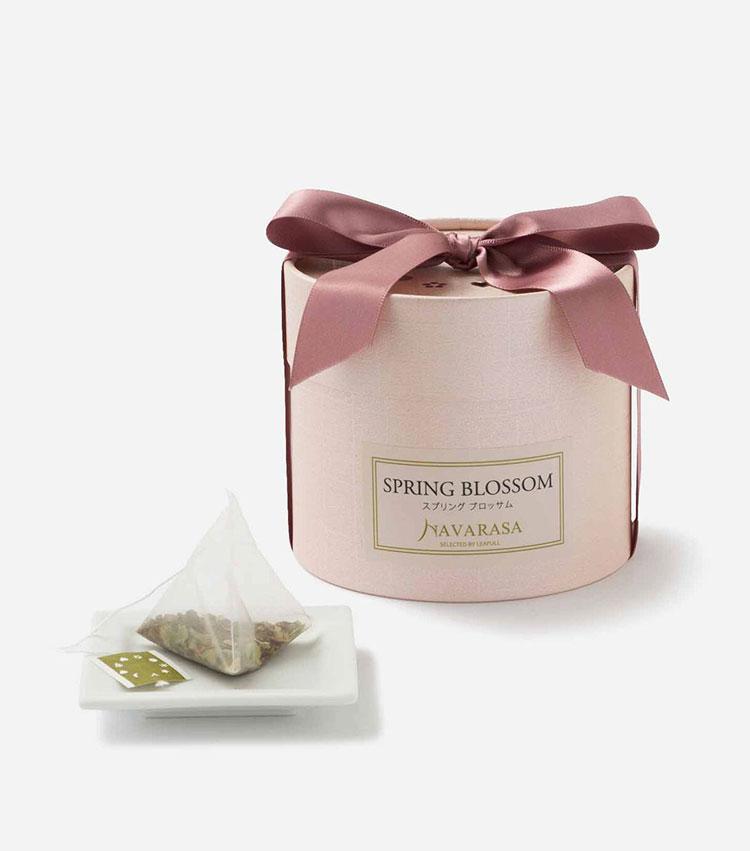 <p><strong>ナヴァラサのスプリング ブロッサム</strong></br></p> <p>優しい甘みを感じるルイボスをベースに、国産の桜葉と桜の花を添えた今の季節にぴったりの一杯。柔らかな桜の香りが包み込み、暖かな春の訪れを感じさせるアロマに思わずウットリ♡ ノンカフェインなので、就寝前に飲んでも存分にリラックスできる。12バッグ入り。2300円</p> <p><small><ナヴァラサ><br /> 紅茶専門店のリーフルダージリンハウスが伊勢丹新宿店限定で展開。農園やクオリティーシーズンにこだわったダージリンを筆頭に、世界中の紅茶や中国茶、ハーブーブティーなどを揃える。</p> <p></small></p>