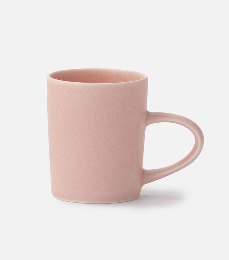 <p><strong>青木良太のPRET A LINE マグカップ SSのっぽ サクラ</strong></br></p> <p>青木氏の経験と焼き物の産地である美濃の工場のノウハウがコラボレート。口当たりがよく、毎日の生活に馴染みやすいデザインでありながら、マットで滑らかな質感や桜を彷彿とさせる淡いピンクが斬新。手に取ると心が温かくなるような陶器ならではの表情も魅力だ。2500円</p> <p><small><青木良太><br /> 1978年生まれの陶芸家。岐阜県土岐市に工房を構え、これまでに国内外で多数の受賞歴がある。釉薬の研究でも知られ、金や銀、プラチナなどを使った陶器製のワイングラスが有名。</p> <p></small></p>