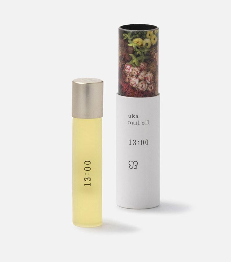 <p><strong>ウカのネイルオイル 13:00</strong></br></p> <p>ミントとレモン、パインなどの爽快感溢れる爽やかな香りに、高揚感を高めるリッツァクベバとマージョラムによる香りのスパイスをプラス。爪とその周辺に使うネイルオイルとしてだけでなく、フレグランスとしても使えるので、リフレッシュしたいときにも活躍。5ml。3000円</p> <p><small><ウカ><br /> ヘアケアやネイルなどに関するホームケアプロダクトにも力を入れいるトータルビューティーサロン。仕上がりに加え、香りや使い心地にもこだわっている。</p> <p></small></p>
