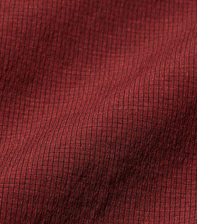<p><strong></strong></br>「ドライリップ」生地はこのように細かな凹凸があるのが特徴。シアサッカーのように肌への貼り付きを抑えつつ、ドライな極薄ナイロンによって清涼感がさらに高まっている。</p>