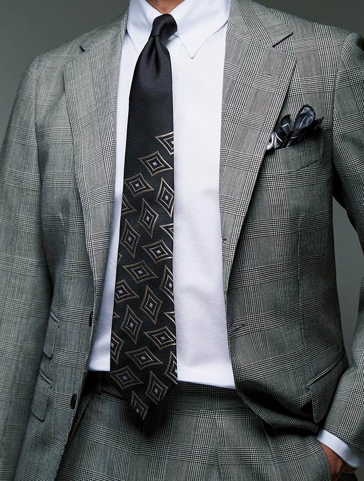 パネルタイ、スーツ