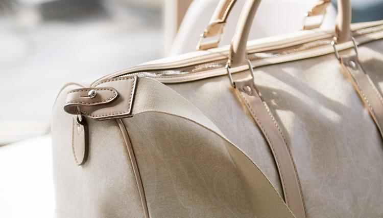 いつかまた旅に行くなら、純白よりも優雅なエトロのボストンバッグはいかが?