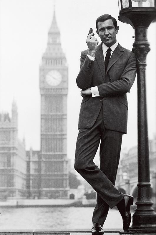 <p><strong>【2代目('69)】ジョージ・レーゼンビー</strong></p> <p>『女王陛下の007』一作きりのため印象の薄い人が多いかもしれないが、じつはもっとも英国の正統的なドレススタイルを披露(キルトを着たシーンまである!)。スキーシーンでの洒落た着こなしやボンドには珍しい花婿スタイルも必見。<small>写真:PictureLux/アフロ</small></p>