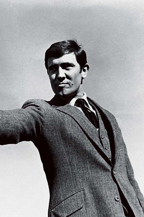 <p><strong>2代目('69)<br />【Check!】スラントポケット</p> <p>解説:印象は薄めだが正統英国好きが最も参考にすべきはこの御仁!</strong><br /> 2代目ジョージ・レーゼンビーは、歴代ボンドのなかで最も王道の英国スタイルを遵守。写真のスーツもかっちり構築的でウエストの絞りが強く、腰ポケットもスラント。これぞ正統ブリティッシュ!</p><figcaption>ⒸAlamy Stock Photo/amanaimages</figcaption>