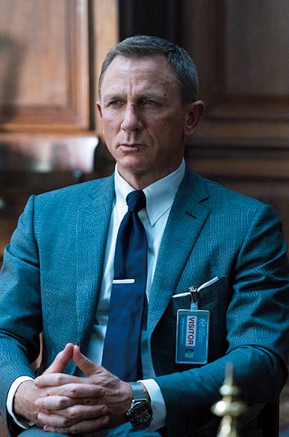 <p><strong>6代目('06-)<br />【Check!】タイバーでアクセント</p> <p>解説:ミニマルなスタイリングがストイックな男の色気を引き出す</strong><br /> トム フォードのタイトなスーツを着用。ナローなラペルに合わせて細身のタイを締め、タブカラーシャツでノットもコンパクトに。ストイックな新生ボンドに似合うミニマルなスタイリングだ。</p><figcaption>ⒸDanjaq,LLC and Metro-Goldwyn-Mayer Studios Inc.All Right Reserved.</figcaption>