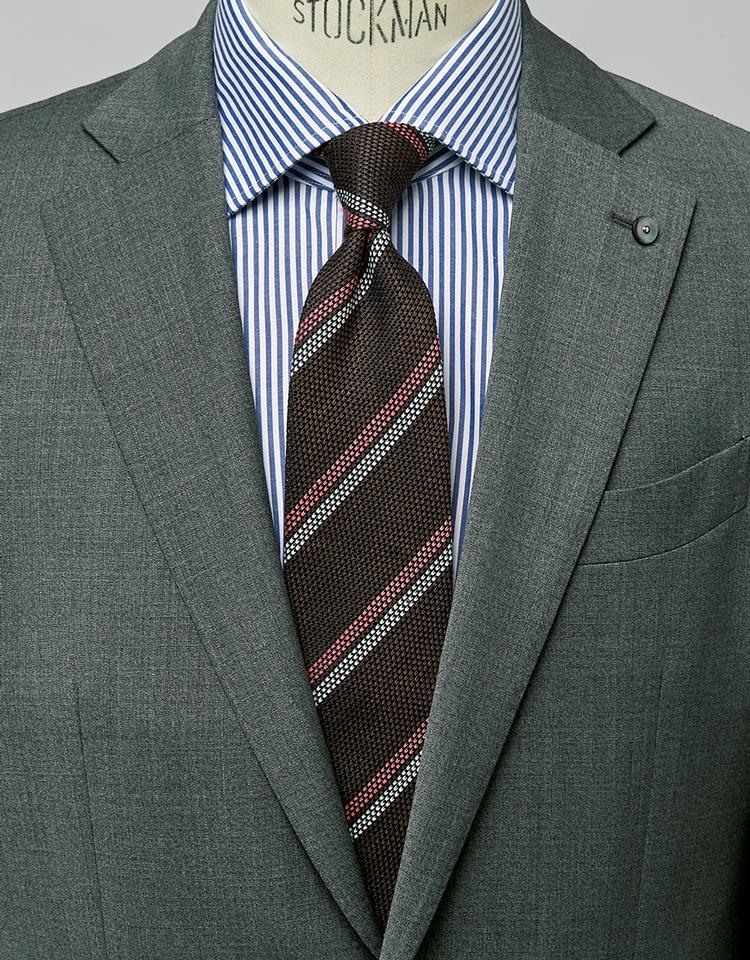 <p><strong>ザックリした織りも利き、ライトグレースーツをより清涼に演出。</strong><figcaption>スーツ9万9000円/エルビーエム 1911(トヨダトレーディング プレスルーム) シャツ6000円/麻布ザ・カスタムシャツ(Y&Mプレスルーム)</figcaption>