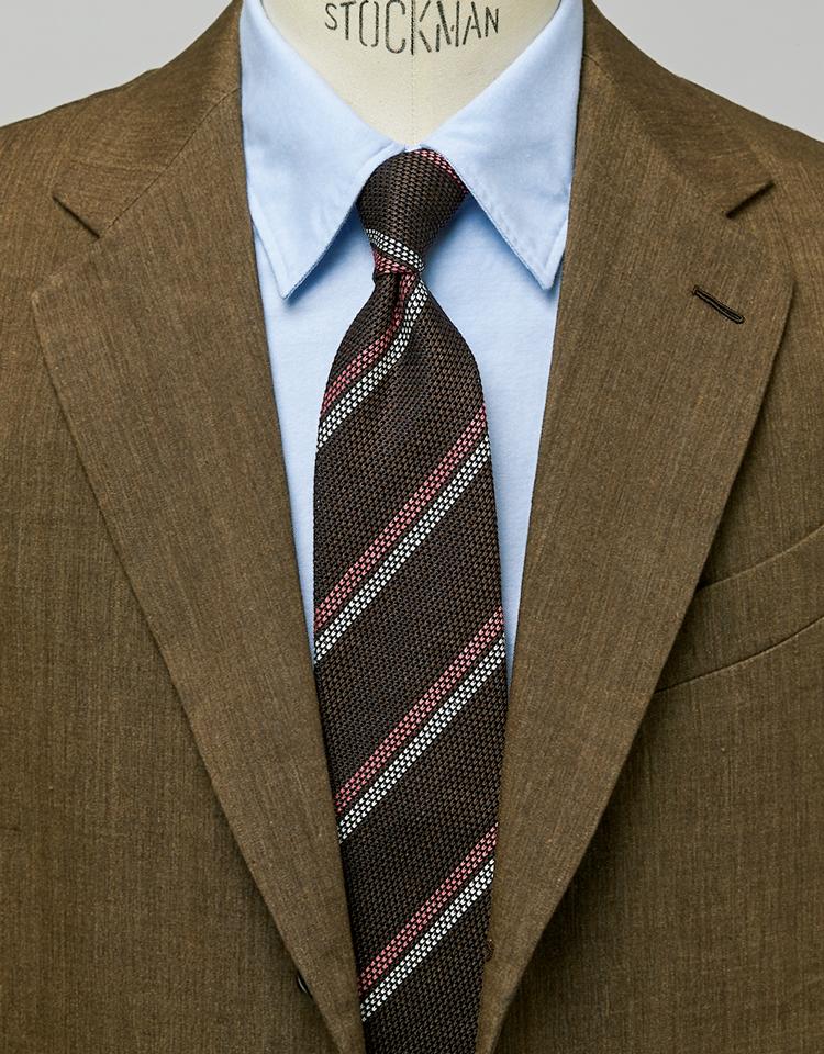 <p><strong>茶スーツと合わせればぐっと伊達な雰囲気に。</strong><figcaption>スーツ16万円/カルーゾ(ビームス 六本木ヒルズ)シャツ2万3000円/ジャンネット(トヨダトレーディング プレスルーム)</figcaption>