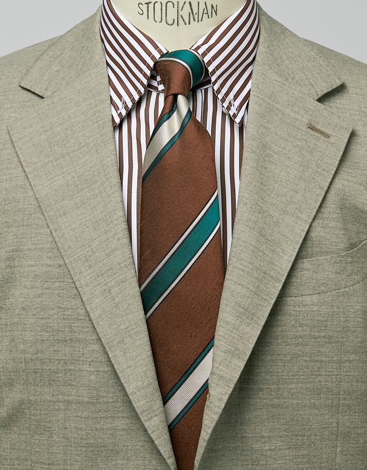 <p><strong>縞×縞のVが淡い色調のスーツに絶妙なメリハリをつけている。</strong><figcaption>ジャケット2万9000円/ユニバーサルランゲージ(ユニバーサルランゲージ 渋谷店) シャツ2万3000円/マテウッチィ(トレメッツォ)</figcaption>