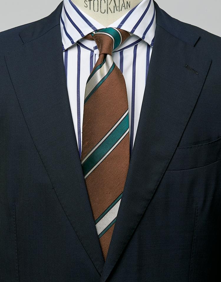 <p><strong>端正なネイビースーツもぐっと新鮮。</strong><figcaption>スーツ9万500円〈オーダー価格〉/麻布テーラー(Y&Mプレスルーム) シャツ3万5000円/バグッタ(トレメッツォ)</figcaption>