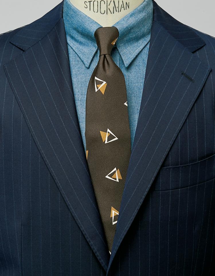 <p><strong>青のシャンブレーシャツと合わせて夏らしい胸元に。</strong><figcaption>スーツ6万8000円/ユニバーサルランゲージ(ユニバーサルランゲージ 渋谷店)シャツ1万4000円/ビームスF(ビームス 六本木ヒルズ)</figcaption>