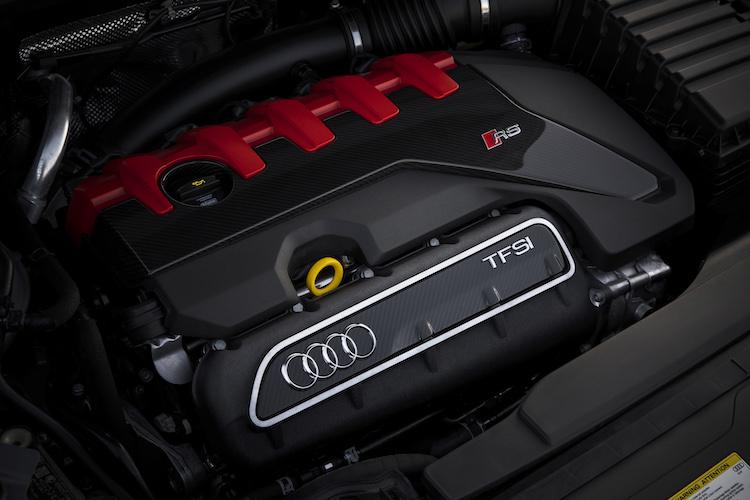 """<p>両モデル共に0-100km/h加速は4.5秒。インターナショナル・エンジン・オブ・ザ・イヤーを9回受賞する、""""モダンクラシック""""エンジンである。</p>"""