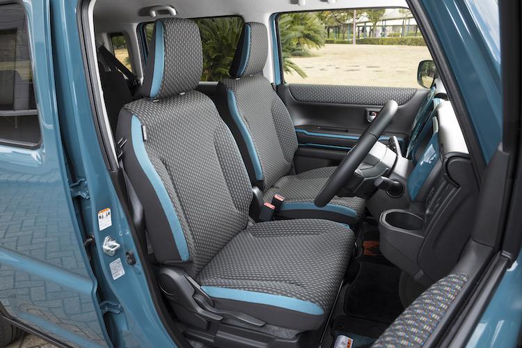 <p>縞鋼板柄のファブリックシートには、車体色に対応した3色のカラーアクセントが入る。</p>