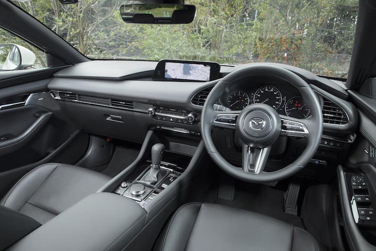 <p>水平基調でシンプルな造形のインテリア。ドライバーを中心に操作機器などを左右対称に配置、それらがドライバーと正体することでクルマとの一体感を高めているという。</p>