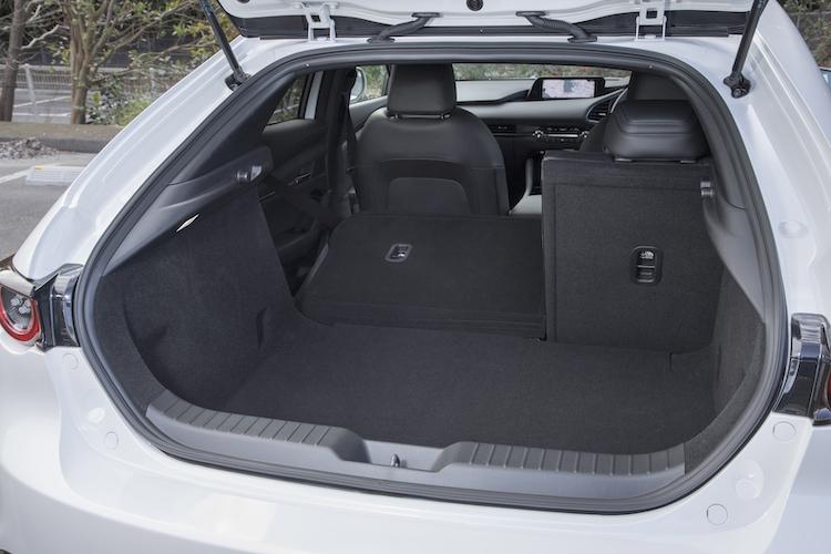 <p>リアシート6:4分割可倒式シートバック。定員乗車時にも67Lのスーツケースをファストバックで2個、セダンでは3個収納できる。</p>