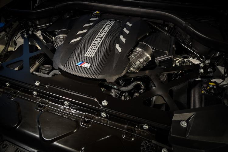 <p>JC08モード燃費は7.4km/l。4.4リッター直噴V8ツインターボはVバンク上を通るように配されたクロスバンクのエグゾーストマニフォールドや、最適化が図られた冷却システムなどを採用した。</p>