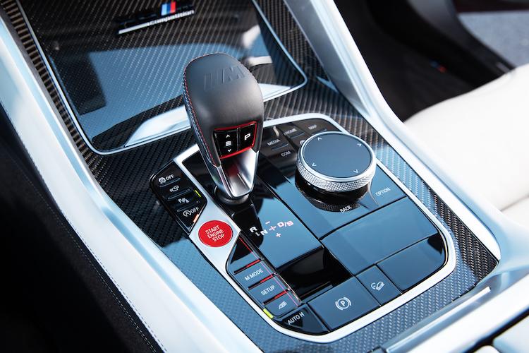<p>走行状況やドライバーの好みに合わせて走行特性を変更できるMモードのスイッチなどをシフト回りに配置。コンペティションではサーキット走行に合わせたトラックモードも備わった。</p>