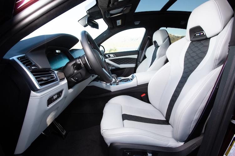 <p>コンペティションは専用のレザーを用いたインテリアに。フロントシートにはヘッドレスト一体型のMマルチファンクションシートを標準で装着した。</p>
