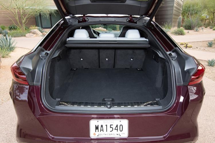 <p>X6Mのラゲージ容量は通常580リッター、後席を倒せば最大1530リッターとなる。</p>