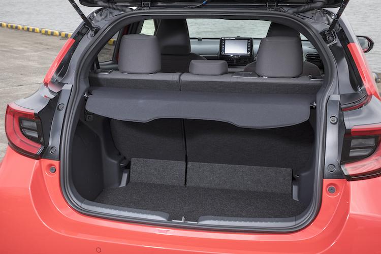 <p>荷物に応じて荷室床面の高さを2段階に調整できるデッキボードを備えた。デッキボード下段の場合、後席部と段差ができてしまうものの荷室高が830mmに広がる(上段の場合は692mm)。</p>