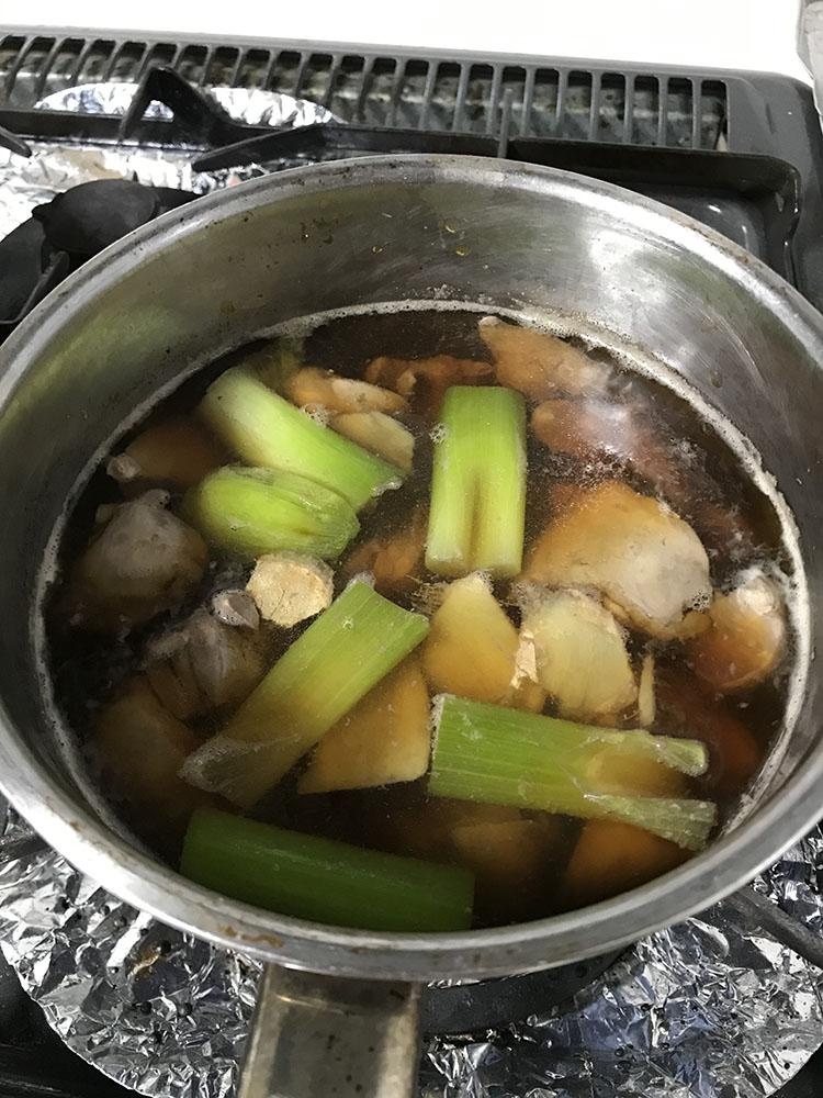 <p>5.湯通しした鳥レバーにひたひたの水、酒大さじ3、しょうが薄切り、ねぎの青い部分を入れて火にかける。沸騰してくるとアクが出てくるので、都度取り除く。その後、お湯がふつふつする程度に火を弱め、みりん、醤油を各大さじ2杯分を加えて10分ほど煮る。強い火で煮立てるとレバーが固くなるので注意しよう。</p>