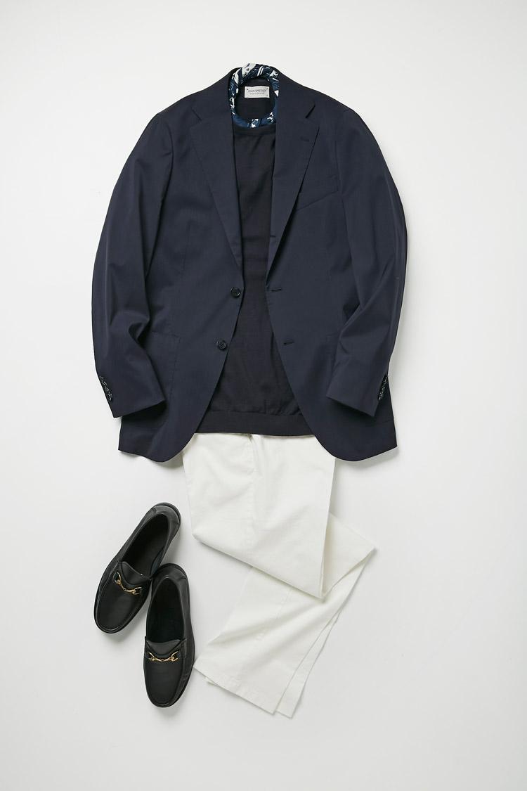 <p>春夏の定番、白パンと合わせたネイビー×白の爽やかな休日スタイル。ジャケットもシャツもパンツも無地ゆえ、首元はスカーフでアクセントを。こちらもあえてネイビー×白で統一を図る点が上級者。また足元にビットローファーを合わせれば、さらに洒脱さが増す。<br /> <small>ニット2万4000円/ジョン スメドレー、スカーフ1万2000円/フマガッリ、パンツ2万3000円/ジェルマーノ、靴3万4000円/イルモカシーノ(ビームス 六本木ヒルズ)</small></p>