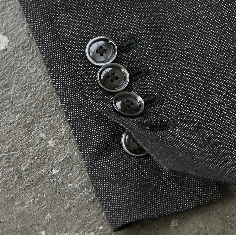 <p><strong>【理由7】スーツ好きも唸る本格仕様、本切羽!</strong></p> <p>袖ボタンは本切羽仕様。ボタンを一つ二つ開けて、こなれ感を楽しむことも可能。</p>