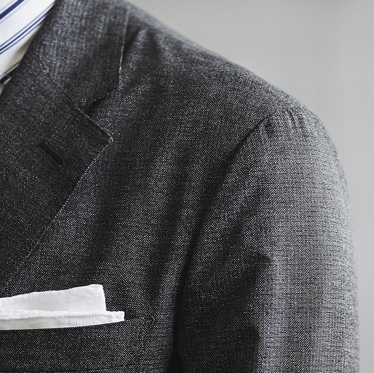 <p><strong>【理由4】端正な見栄えのテーラリング</strong></p> <p>雨降らし袖を採用するなどの本格仕立て。大人がリアルにビジネス使いできる品質だ。</p>