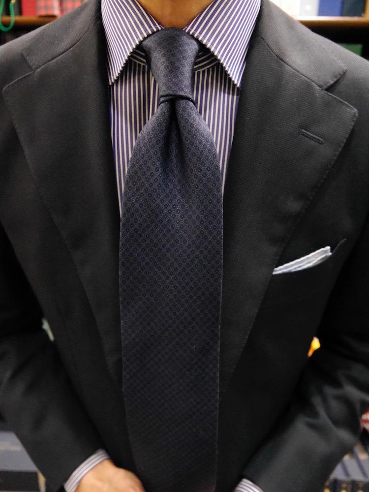 <p>13.ダブルノットは左右非対称の樽型になるのが特徴。長めのネクタイや使用していて少し伸びてしまったネクタイでも、バランスを取りやすいのでお薦めの結び方だ。</p>
