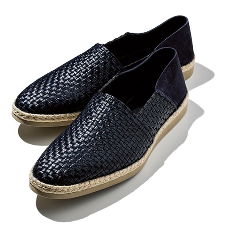 <p><strong>春はエスパ、夏はスリッパ</strong><br /> 丸みのあるラストのエスパが多い中、紳士靴に近いシルエットのそれは街での装いにより馴染みがよい。アッパーはレザーの編み込みで、ヒールは踏み潰せばスリッパとしても履ける。8万4000円/ア・テストーニ(ア・テストーニ 銀座本店)</p>