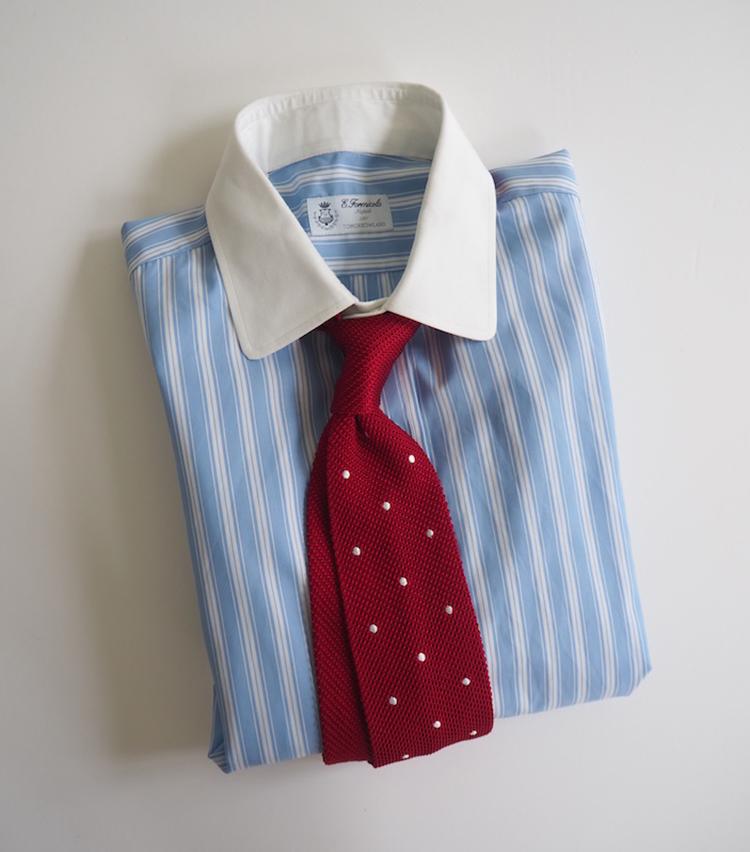 <p><strong>【ここを意識しました!】プレゼンの日のVゾーン</strong><br /> 「小ぶりな襟のクレリックシャツに、赤いドット柄のニットタイを締めて、正統派なブリティッシュスタイルを楽しむ合わせ方。赤は情熱を感じさせる色なのでプレゼンなどの気合を入れたい日に身に着けたい」</p>